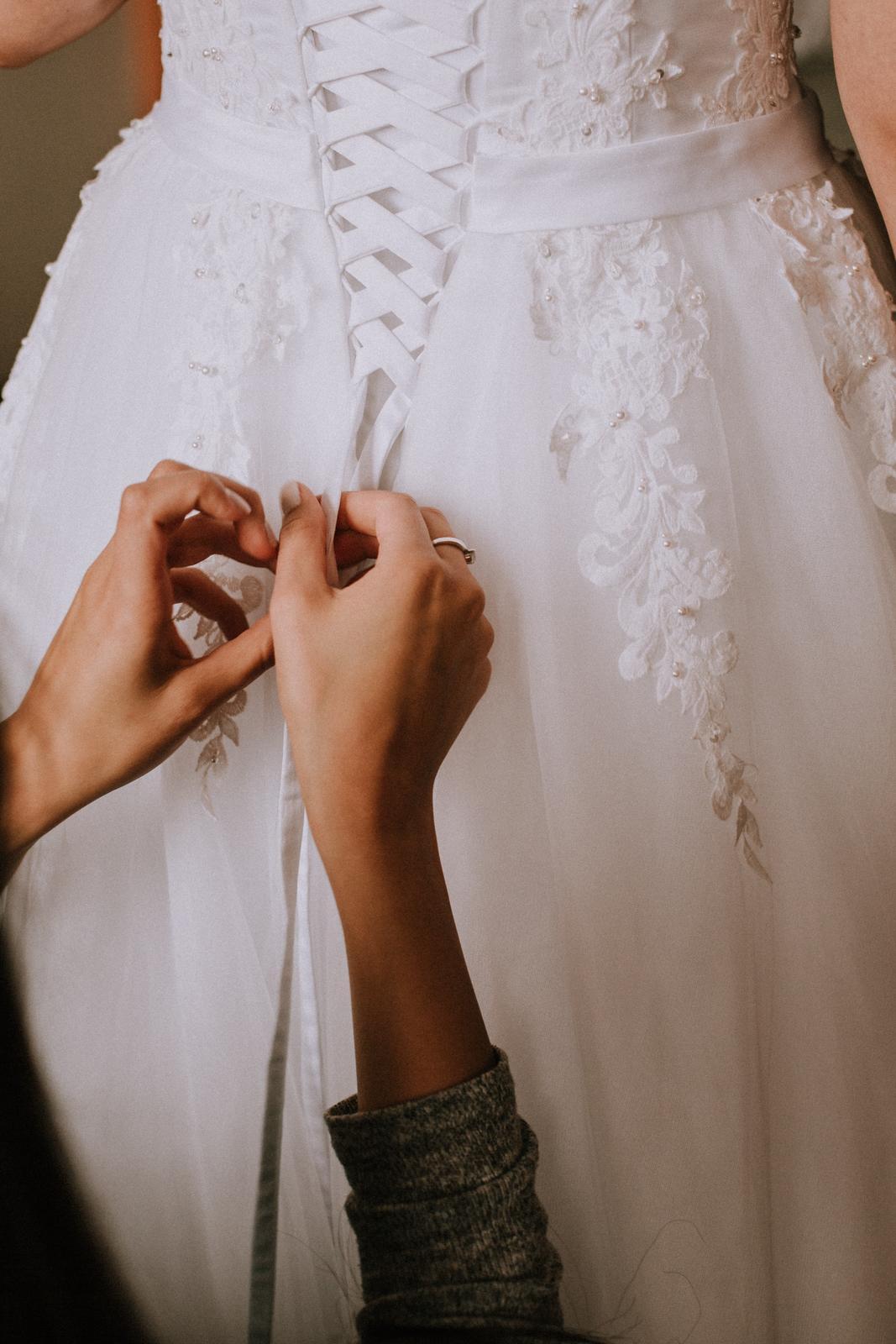 Nádherné svadobné šaty pre vyššiu postavu - Obrázok č. 4
