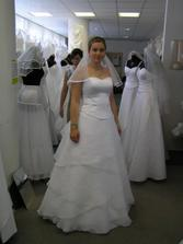 a šaty číslo 4, tyhle jsem měla původně zamluvené, jsou krásné, ale....