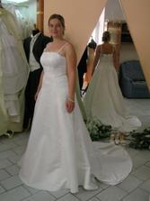 šaty číslo 5 v jiném salonu, bohatě pošité perličkami, opravdu krásné