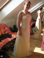 A pak jsme objevily krásné šaty, které mají v salonu ve více kusech, i když každý v jiné barvě.