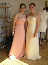 Že by svatba s družičkami? Když k nim přidám svojí  sestřenici, ve stejných šatech, ale ve třetí barvě, mohlo by to být opravdu pěkné a veselé. Jen aby nebyly hezčí než nevěsta :-( to bych asi družičkám na svatbě zakroutila krkem :-)