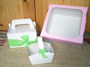Malé košíčky na koláčky, krabička na výslužky a tu děsnou růžovou chtěla mamka do práce. Krepák je tam jen tak pro kontrast, budu je dozdobovat zeleným vlizelinem, až mi přijde.