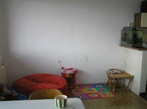 Zuzanka hned vyzdobila nove vymalovanou zed, po prave strane zacatek kuchyne
