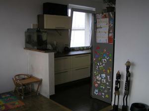 Obyvak spojeny s kychyni, zde byvala zed (jakoby misto lednice pokracovala zed dal) obyvak byl samostatna mistnost