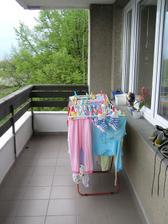 A pohed na balkon smerem doprava (pereme na mimco :-)) jednou tady budou kresilka a stolek ...