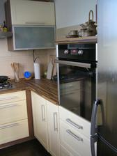 VStup do kuchyne jsme tedy vlastne otocili, na misto z jidelny (ted Zuzky pokojik) kdy se vstupovalo v miste co je varna deska (cela ta zed tam nebyla), jsme vyzdili pricku a naopak probourali zed do obyvaku, cimz se kuchyn s obyvakem spojila