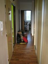 po leve strane je koupelna (dvere mimo pohled uz se nevesli :-)) dalsi dvere na WC, pak otevreno k Zuzance, hromada krabic ktera uz nebyla kam ukryt, a posledni dvere vlevo loznice, vpredu M pracovna, vpravo vestavna skrin,za ni vpravo vchod do bytu