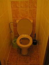 Kdyz uz fotim tak vsechno :-) stejne nepekne obklady jako v koupelne :-/