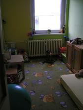 A u Zuzanky, pohled od dveri (drive jidelna, do kuchyne se vchazelo vlevo za tim stoleckem nebyla zed)