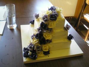 svatební dort - jen barvy nejsou reálné..kytičky byly fialové