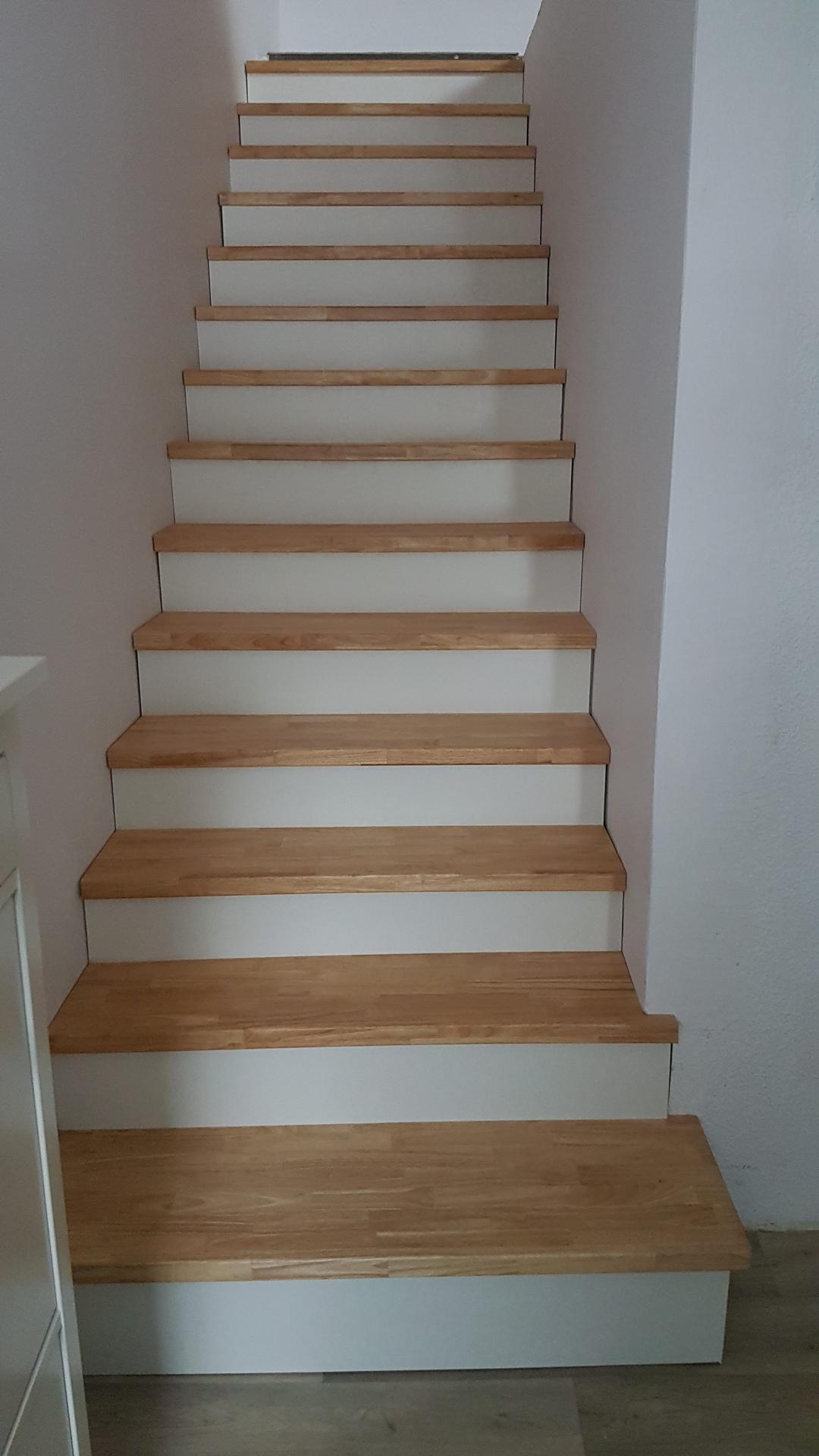 Rekonstrukce betonovych schodů - zdi jsme srovnali sadrokartonem, schody delal táta truhlař. Spárovka hevea,natrena protiskluz. voskovym osmo olejem. podstupnice lepena preklizka