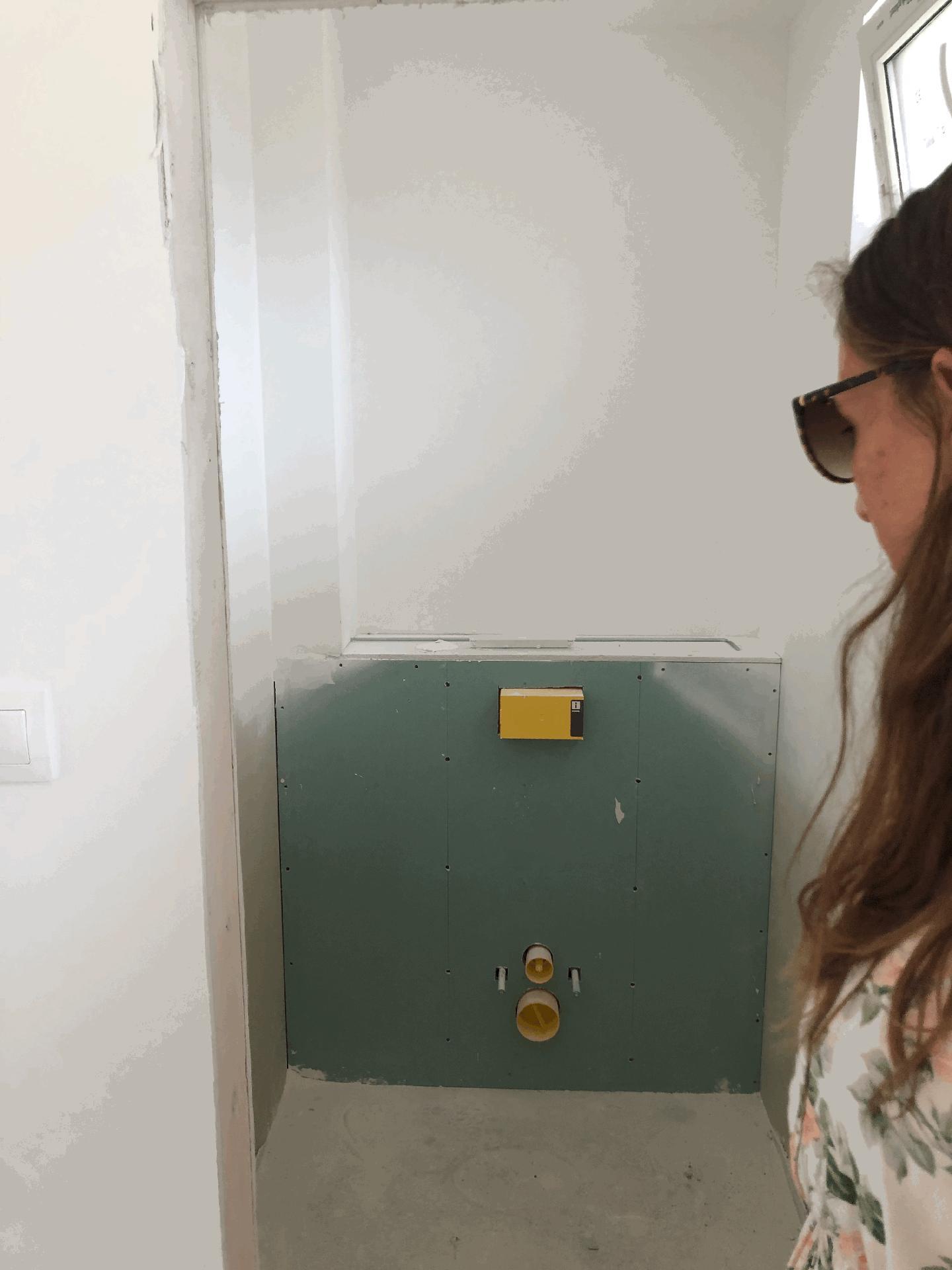Naše prvé vlastné bývanie - WC pri vchode do domu