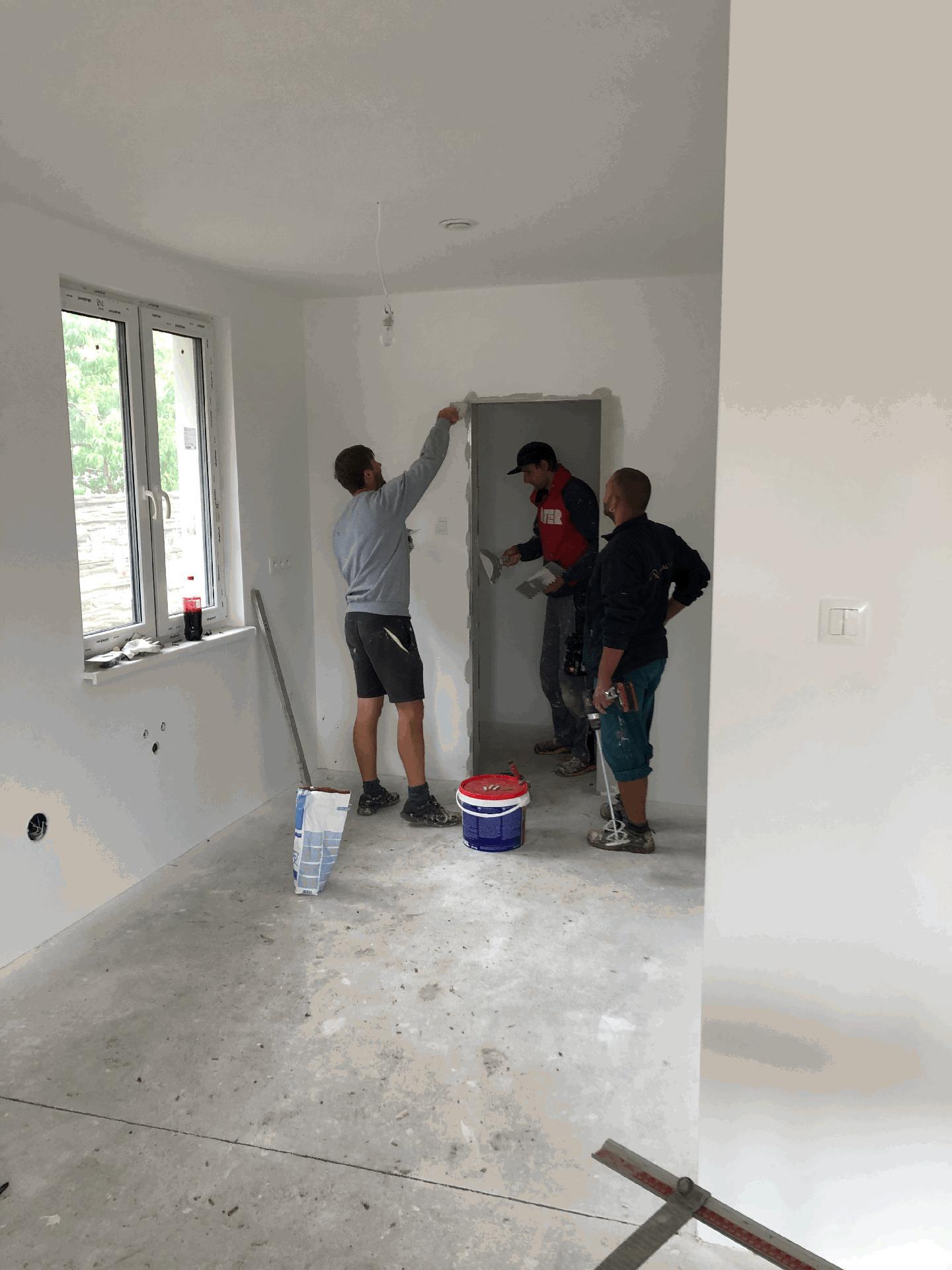 Naše prvé vlastné bývanie - Tento otvor bude musieť byť bez zárubne, tak ho páni robia traja =-)  jeden robí, druhý sa tvári že robí a tretí dohliada :D
