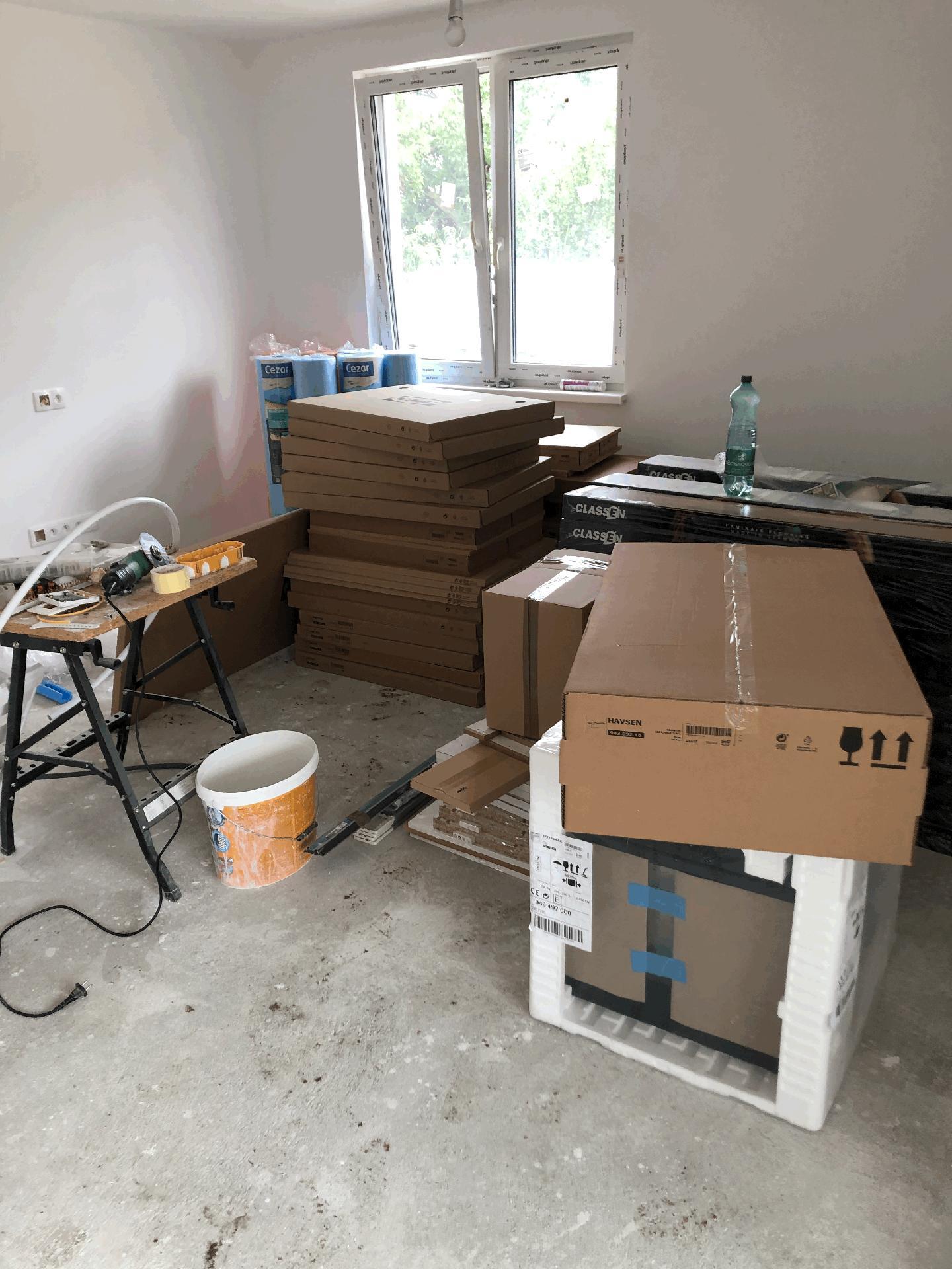 Naše prvé vlastné bývanie - kuchyňa a podlahy zatiaľ naskladnené v budúcej obývačke....