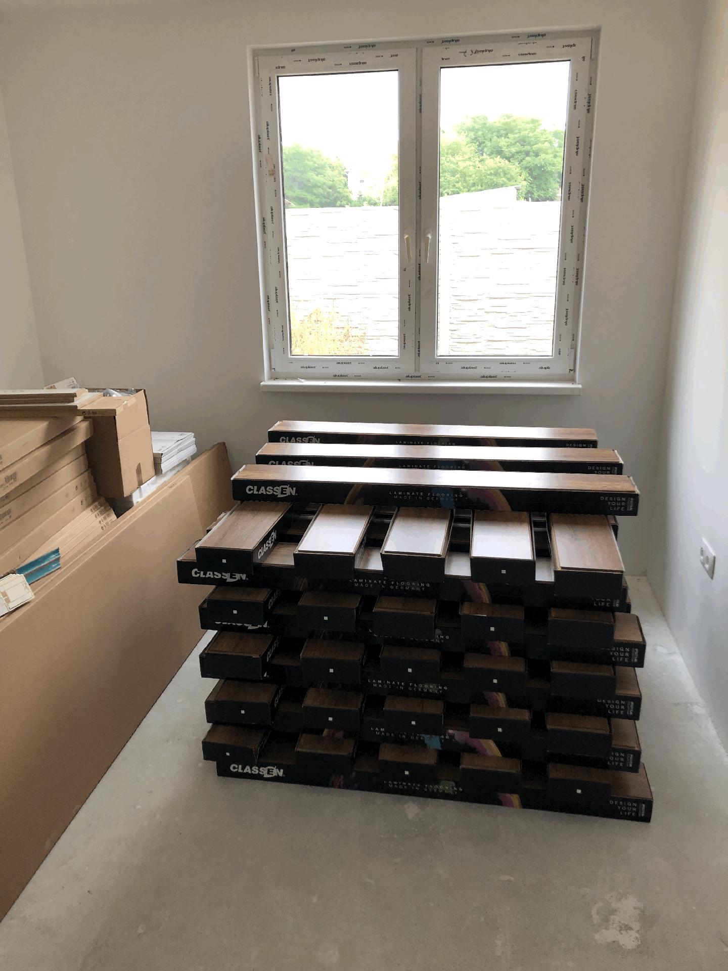 Naše prvé vlastné bývanie - podlahy a kuchyňu bolo potrebné preniesť do jednej z izieb :)