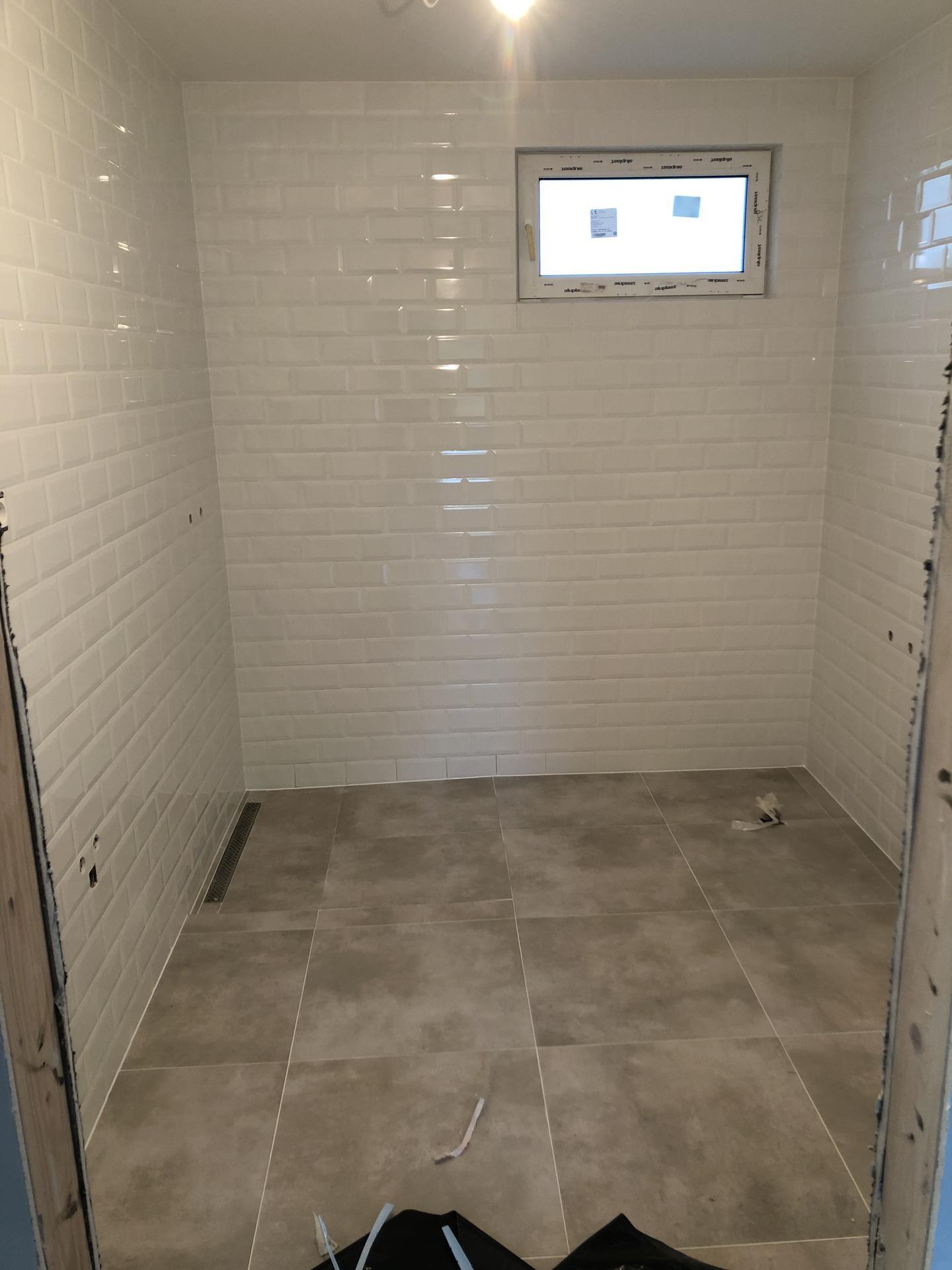 Naše prvé vlastné bývanie - kúpeľňa už aj zasilikónovaná, už stačí len osadiť sklenenú zástenu do sprcháču, postaviť vaňu, osadiť WC a umývadlo :)