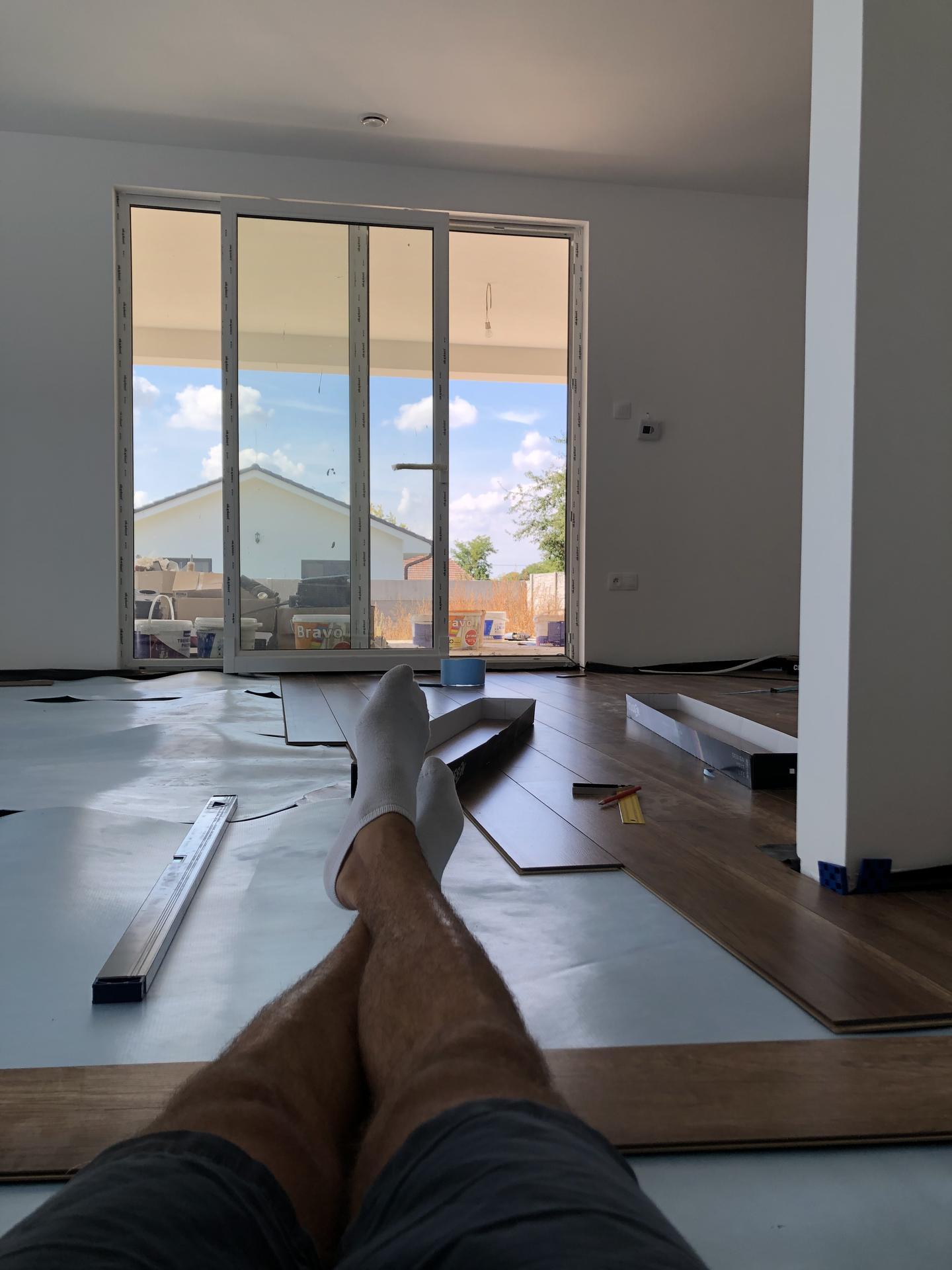 Naše prvé vlastné bývanie - Manželka maká v lekárni, ja po 2 víkendových svadbách makám na dome :)