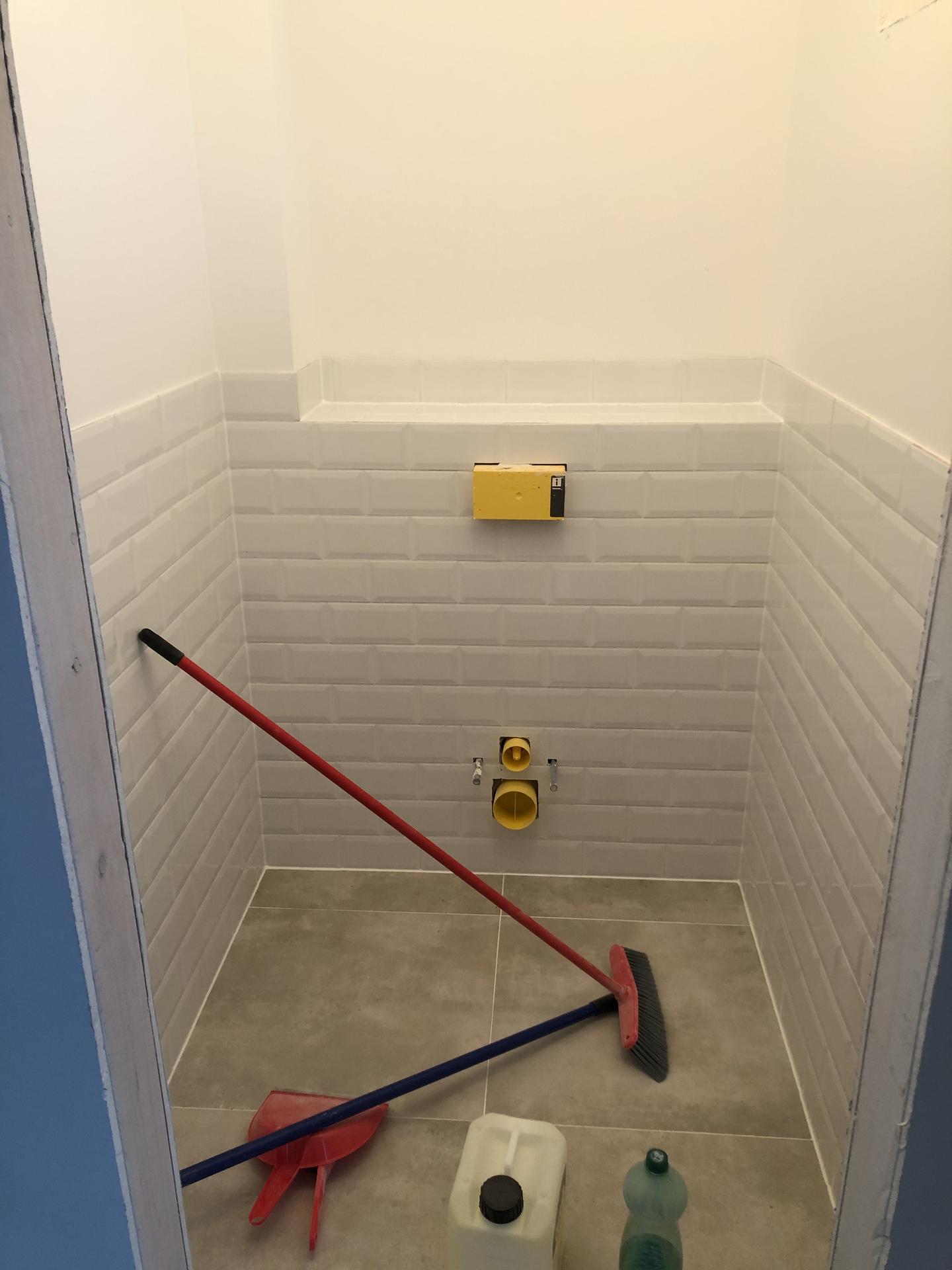 Naše prvé vlastné bývanie - druhé WC tiež prirpavené na osadenie umývadla a WC :)