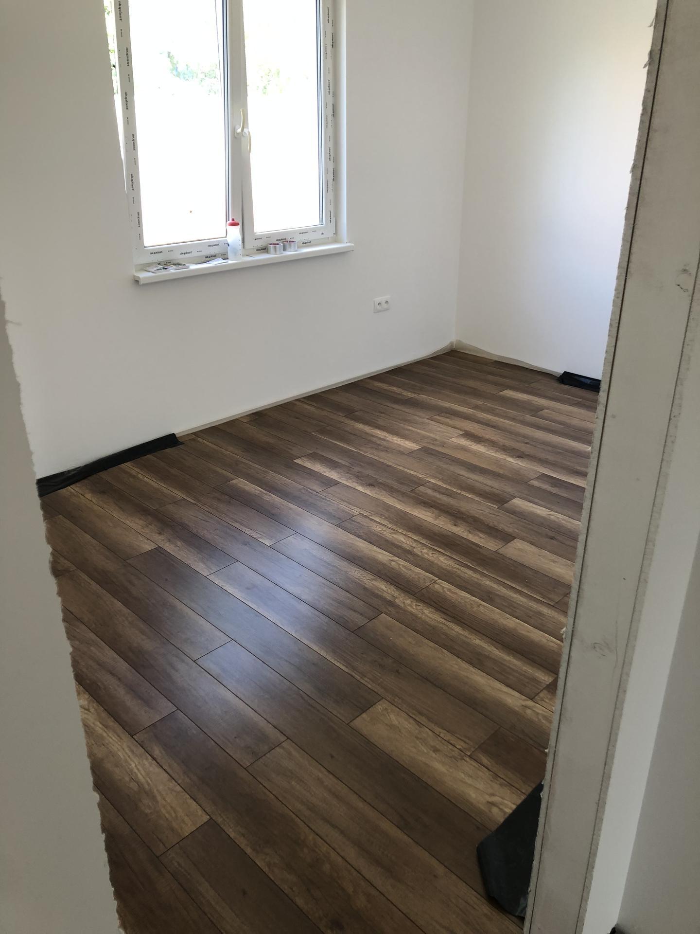 Naše prvé vlastné bývanie - Taak, spalna na zaver :) podlaha polozena 😇