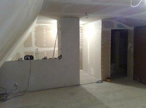 A už máme aj kúpeľkovú stenu