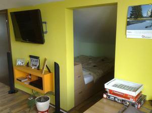 Prechod medzi obývačkou a spálňou je síce otvorený, ale súkromie nechýba, lebo z obývačky tam vidieť nieje