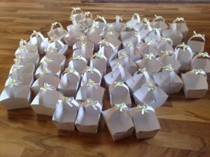 ...malé košíčky pro hosty, kteří příjdou na večerní párty :-))
