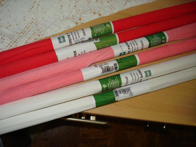 Pripravy - krepovy papier vyuzijeme na zdobenie lavic. sobas bude vonku