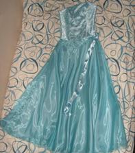 ... šaty jsou komplet upravené, spodnička kruhová obšitá dole modrým tylem, ještě jedna svrchní sukně z organzy s vlečkou a saténové bolerko :-* Už je nefotím :) Až v den svatby :-P