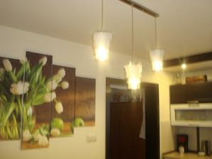 svetlá nad stolom
