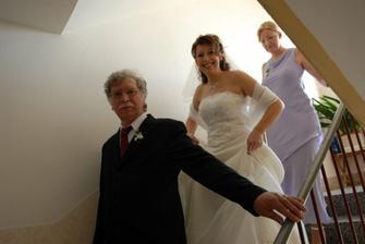 a už scházíme ze schodů a táta jde přede mnou kdybych padala a svědkyně to jistí zezadu, kdybych si to chtěla rozmyslet :-)