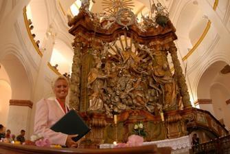 paní oddávající a oltář v kostele...