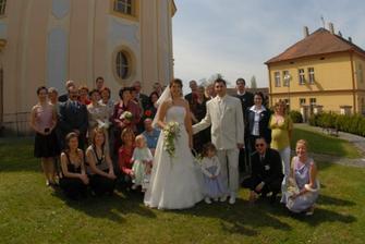 skupinka u kostela (rodina, svědci, kamarádi)