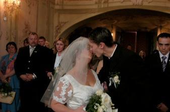 náš první novomanželský polibek