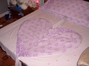 naše novomanželská postel připravená na svatební noc
