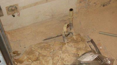 o plochu lina je koupelna rozšířená na úkor chodby...