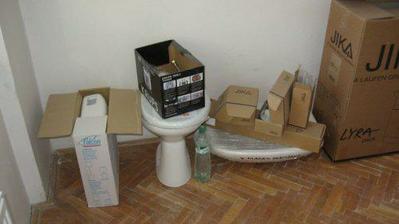 Nový záchod, umyvadlo a skříňka