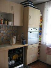 kuchyně - pravá část s troubou a myčkou