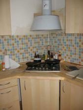 kuchyň - prostřední část s varnou deskou a digestoří