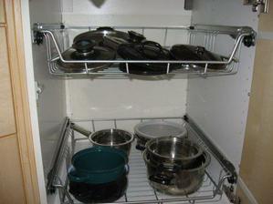 kuchyně - spodní skříňka s hrnci a poklicemi