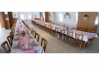 krásně nachystané stoly
