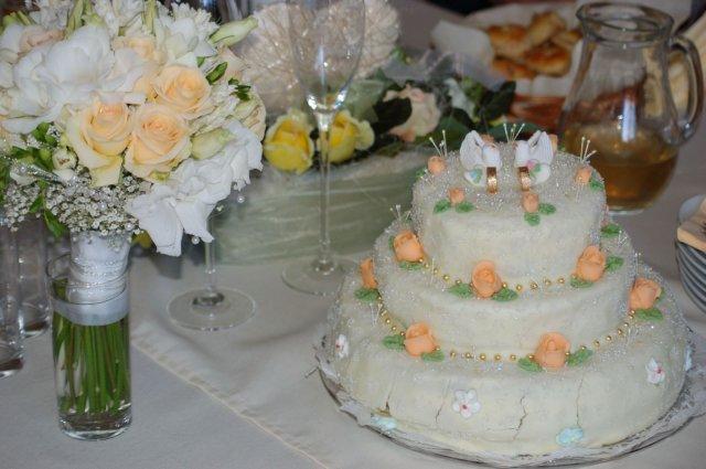 Andrea{{_AND_}}Boris - toto je tortička od kamošky, spodné poschodie je už trochu popraskané, lebo bola dosť ťažká, ale spravila mi ju ako prekvapenie, ja som jej nič nehovorila, čiže vôbec netušila, ake kvety budem mať v kytici a ako pekne sa trafila :)