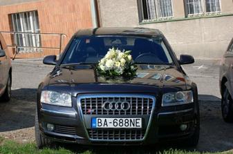 naše svadobné autíčko (žiaľ nemala som čas ho viac vyzdobiť :( ), ale bolo perfektné, predáme byt, zobereme úver a budeme si môcť také kupiť :))