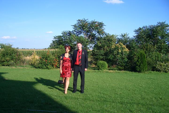Takto sme vyzerali na známeho svadbe :-) som zvedavá ako budeme vyzerať na svojej :-) - trošku zďaleka nás fotili...