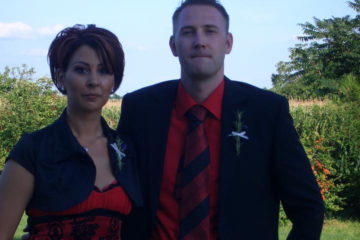 Takto sme vyzerali na známeho svadbe :-) som zvedavá ako budeme vyzerať na svojej :-) - asi sme nezaregistrovali že nás fotia :-)