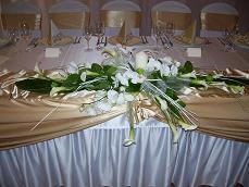 asi niečo takéto bude na svadobnom stole ... z orchidei a bielozelených kvietkov...