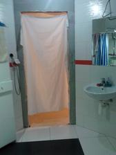 original dvere, este ze sme zatial dvaja, sklo na sprchac je este tiez v nedohladne, tak isto skrinky do kupelne.