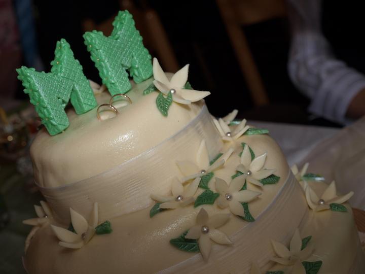 Markét {{_AND_}}Martin - dort: dvě lehká patra se světlým  krémem a jahůdkama a jedno čokoládové + ještě jedno kolo bokem ....skvělé - nezbyl ani kousek