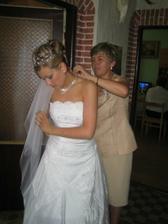 Krstna mama mi pomaha s obliekanim