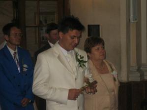 Zenich s maminou k oltaru