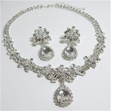 Holky nevíte někdo kde by se daly sehnat tyhle šperky? Nebo nějaký podobný? Díky